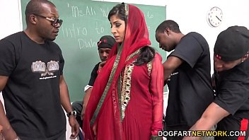 cover video Nadia Ali Learns To Handle A Bunch Of Black Cocks