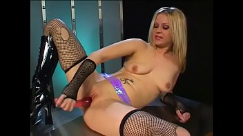cover video Lovely Blonde Striptease Performer Satisfies Herself With Pink Dildo