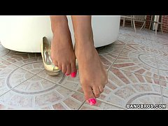 thumb babe madelyn marie shows off her feet